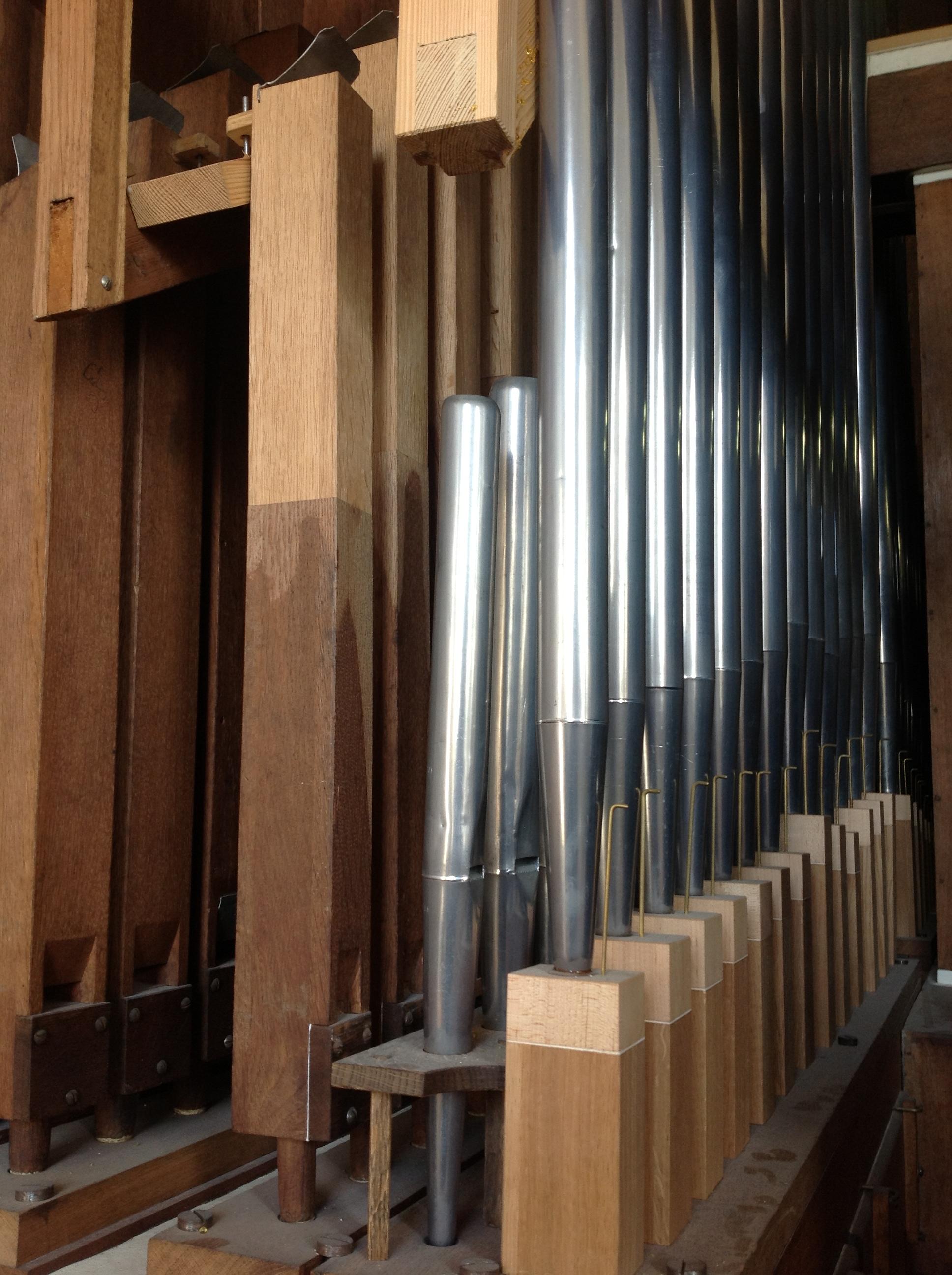 De firma Reil heeft op vakkundige wijze het houten pijpwerk gerestaureerd en in oude staat teruggebracht.