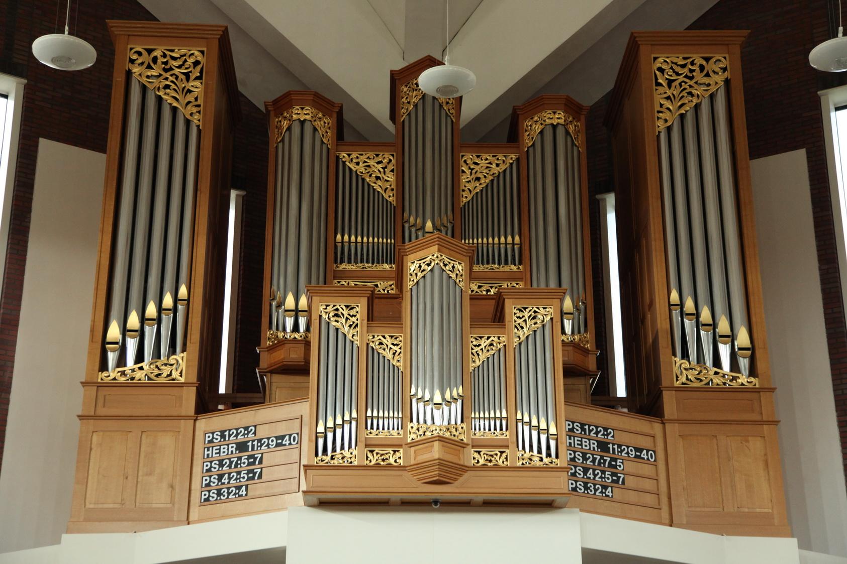 Het Hendriksen & Reitsma-orgel uit 2004 in de Jachin en Boaz kerk van de Gereformeerde Gemeente in Genemuiden